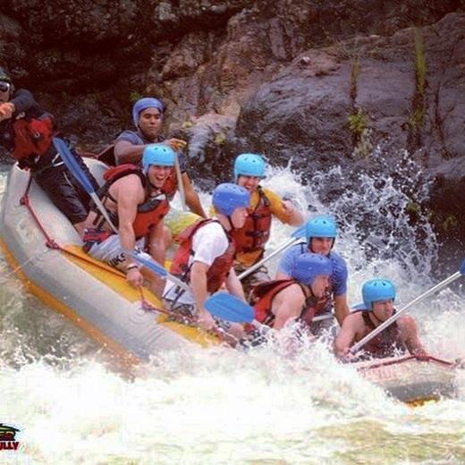 Johnny tham gia vượt thác mạo hiểm ở sông Tully, Úc.