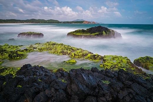 Sóng biển và bọt nước trắng xóa nhẹ nhàng vây lấy những mỏm đá gồ ghề, thoạt nhìn cứ tưởng như đang đứng từ trên cao và phóng tầm mắt xuống một vùng rừng núi nào vậy.