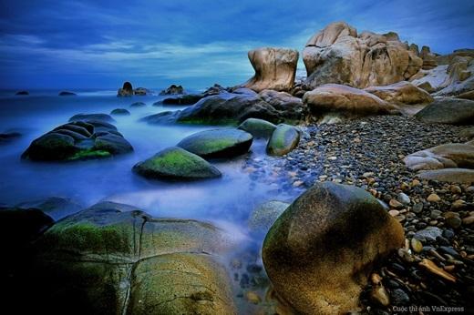 Biển Cổ Thạch còn có những bãi đá to, hùng vĩ, dung dị, tạc lên hình dáng khác nhau. Mỗi hòn đá lại gắn liền với một câu chuyện được người đời tưởng tượng, thêu dệt và đặt cho một cái tên huyền thoại.