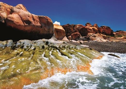 Thiên nhiên ưu ái ban tặng cho bãi biển Cổ Thạch nhiều nét đẹp độc đáo không thể tìm thấy ở bất cứ đâu, đơn cử là bãi đá bảy sắc cầu vồng này.