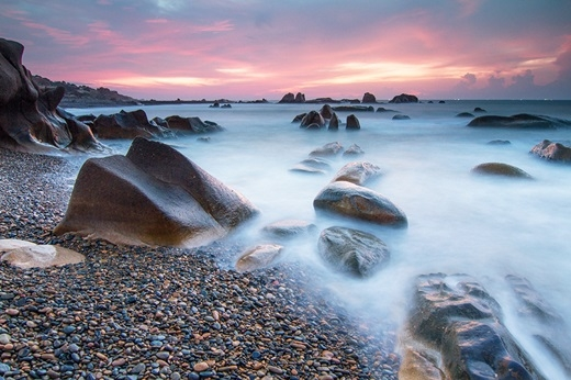 """Bao quanh bãi Thạch Cung là bãi cát vàng mang tên bãi Tiên. Người dân địa phương thường kể điển tích rằng: """"Nơi đây từ ngày xửa, ngày xưa, các nàng tiên chiều chiều từ trên trời, kéo nhau xuống bãi biển vắng vẻ, đẹp mê hồn này tắm tiên, múa hát,vì thế mới có tên là bãi Tiên."""