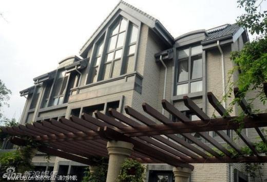 Vợ chồng Lưu Gia Linh - Lương Triều Vỹ sở hữu nhiều biệt thự cao cấp. Nữ diễn viên nổi tiếng là sao nữ có tài trong kinh doanh bất động sản.