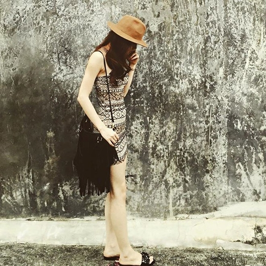 Những đôi dép lê mà Hà Hồ thường diện có giá dao động từ 1 đến 2 triệu đồng.