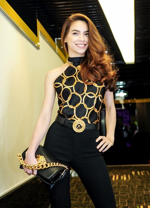 Mới đây, trong buổi ra mắt What is love, Hồ Ngọc Hà gây ấn tượng mạnh khi diện chiếc quần ống loe rộng, phối cùng áo cổ yếm khoe khéo chiều cao lí tưởng và thân hình mảnh mai. Để hoàn thiện bộ trang phục, cô chọn diện cả bộ phụ kiện của Versace có giá gần 100 triệu đồng.