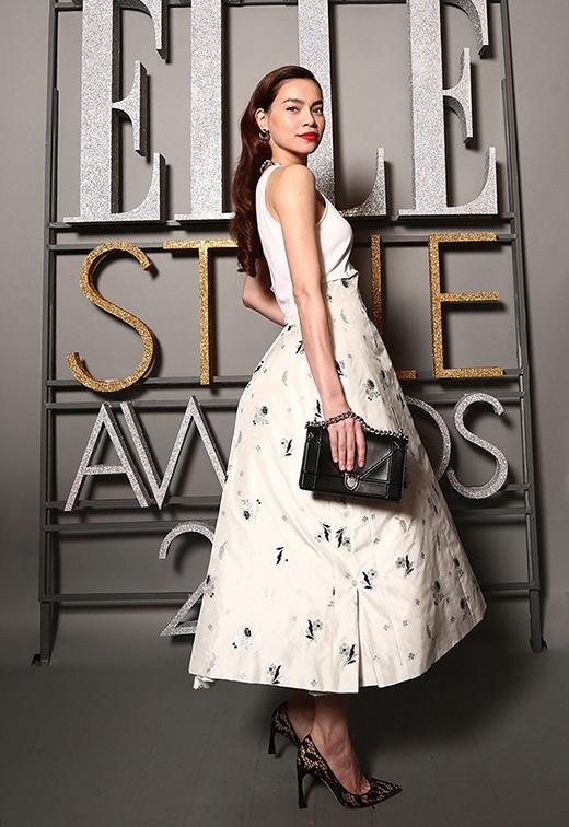 Bộ váy trắng từng giúp cô ghi điểm tuyệt đối trên thảm đỏ Elle Style Award 2015 thuộc thương hiệu Dior có giá lên đến hơn 250 triệu đồng.