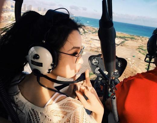 Cô nàng ngắm hòn đảoHawai từ trực thăng