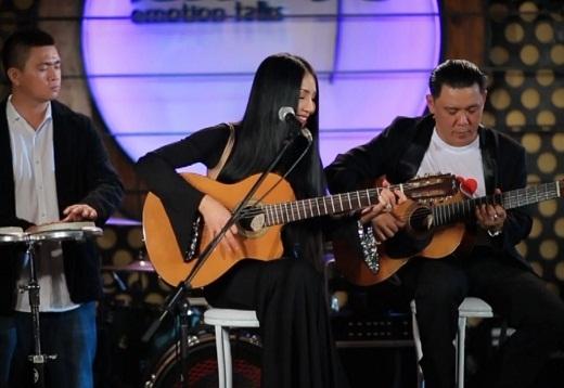 Khán giả quen thuộc với hình ảnh Quỳnh Lan vừa đánh ghi-ta vừa hát.