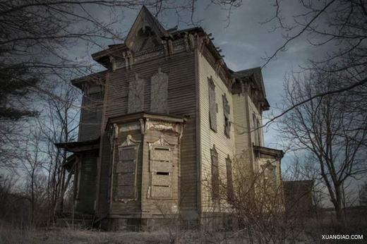 """Đây là hình ảnh của Nova Haunted House, """"ngôi nhà bị ma ám"""" tọa lạc ở Youngstown, Ohio. Theo cảnh sát kể lại, vào năm 1958, Benjamin Albright đã vô tình bắn chết con trai của mình. Và có lẽ vì cảm giác tội lỗi, hung thủ đã giết vợ và tự sát. Theo một số du khách, họ đã vào và chứng kiến những lần cửa đập dữ dội dù không có gió hay người, hoặc xuất hiện vũng máu lớn nhưng khi nhìn lại thì không thấy nữa… Thậm chí, đã có người thấy những bóng ma lởn vởn trong căn biệt thự."""