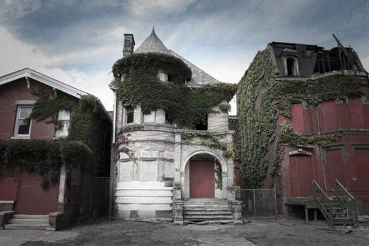 Đây là tòa nhà Victorianở Temple Street thuộc Detroit, bang Michigan. Nơi đây vào năm 1902 đã có 3 linh mục chết. Hiện thỉnh thoảng người ta vẫn nghe thấy từ nơi đổ nát này những tiếng hú rợn người...