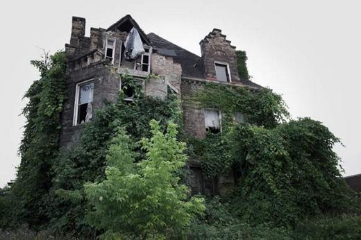 Cũng tại Ohio có một tòa nhà của gia đình Oliver. Toàn bộ thành viên đã mất tích bí ẩn vào năm 1898 và cảnh sát cũng không thể điều tra nổi. Tuy nhiên, những người dân gần đó cho biết đến nay, họ vẫn thấy những bóng ma màu trắng xuất hiện trong ngôi nhà.