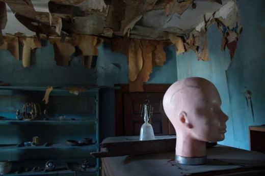 Ngôi biệt thự đáng sợ ở Philadenphia, bang Pennsylvania sẽ khiến bạn phải giật mình liên tục. Trong ngôi nhà chứa đầy búp bê và dụng cụ kim loại lạ thường.