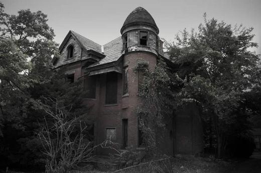 Biệt thự Bailey ở Hartford, Connecticut được mệnh danh là biệt thự ma ám. Thỉnh thoảng người ta vẫn nghe thấy những tiếng vọng từ trong phát ra dù nó đã bị bỏ hoang từ lâu.