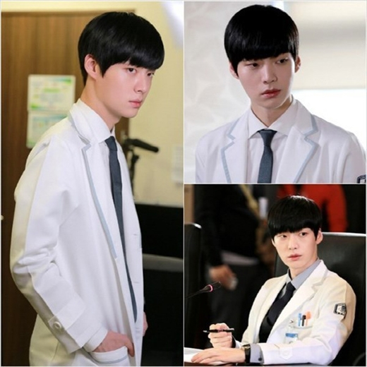 Trong phim Blood, Ahn Jae Hyun đã vào vai một bác sĩ ma cà rồng. Vì thế anh đã rất cố gắng để có thể kiểm soát được cơn khát máu của mình cũng như luôn tìm mọi cách để che giấu về thân thế với những người xung quanh. Đây là một việc không hề đơn giản, nhất là khi anh sống và làm việc tại nơi mà máu có thể xuất hiện bất cứ lúc nào.