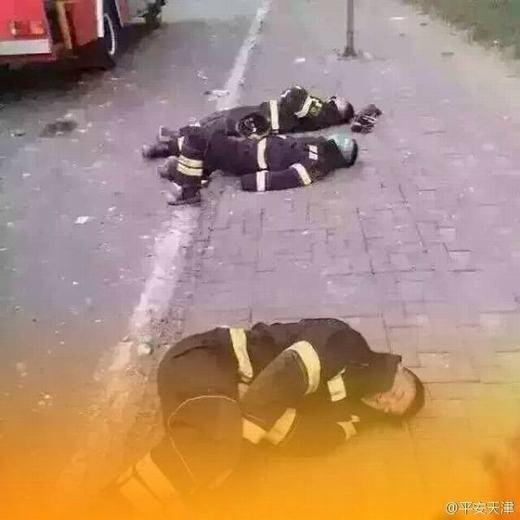 Có vẻ như họ đã quá mệt và chỉ cần chỗ nào nằm được là họ nằm. Trên đoạn đường tiếp cận địa điểm xảy ra vụ nổ, không thiếu những cảnh tượng này.