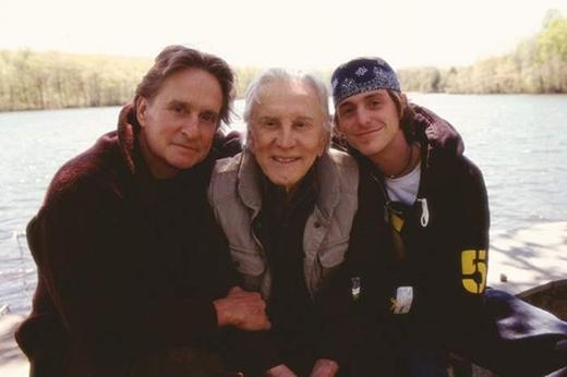 Những cặp cha con Hollywood đình đám từ ngoài đời đến màn ảnh
