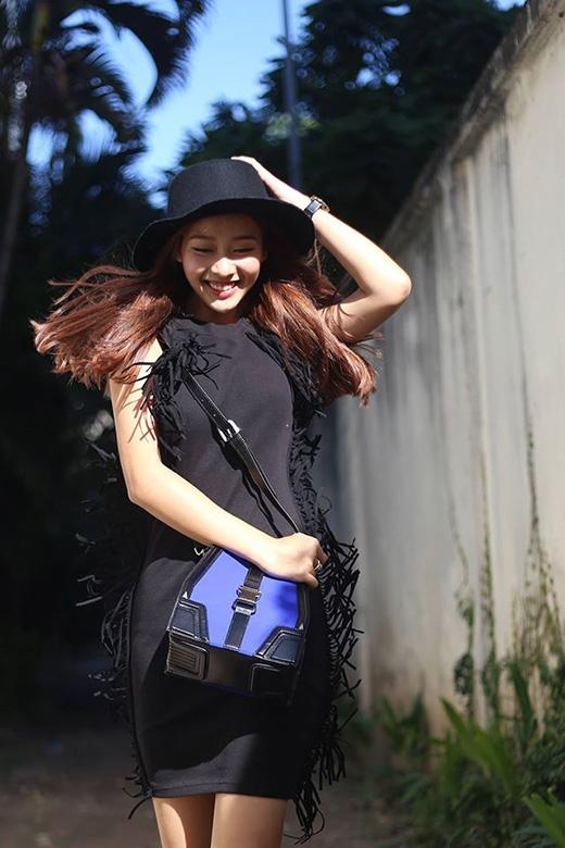 Khả Ngân vẫn thu hút ánh nhìn người đối diện khi diện váy đen ôm sát với những chi tiết tua rua đối xứng hai bên.
