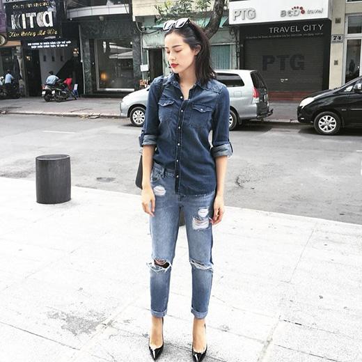 Với những cô gái yêu thích sự điệu đà, nữ tính thì cả cây jeans của Hạ Vi sẽ là cú lột xác tuyệt vời để mang đến một hình ảnh mới mẻ hơn. Mốt sơ vin lưng chừng 1/4 hoặc 1/2 vạt áo bắt đầu trở nên thịnh hành hơn trong giới mộ điệu thời trang khi góp phần mang đến vẻ ngoài cá tính, bụi bặm hơn hẳn.