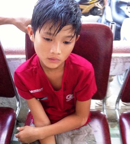 Tối 14/8, bé trai vẫn ở trụ sở UBND xã Nghi Phương . Ảnh: Công an cung cấp.