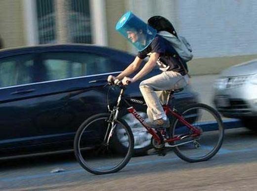Thùng rác tiếp tục được trưng dụng làm mũ bảo hiểm.