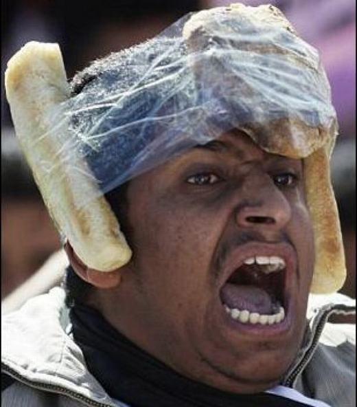 Chắc chắn chiếc mũ này không có tác dụng bảo hiểm rồi!