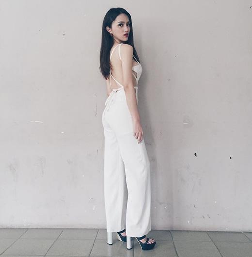 Hương Giang Idol nóng bỏng với thiết kế jumsuit không thể cắt xẻ nhiều hơn nữa. Tuy nhiên, sự gợi cảm trong chừng mực đã giúp cô nhận được khá nhiều lời khen ngợi.