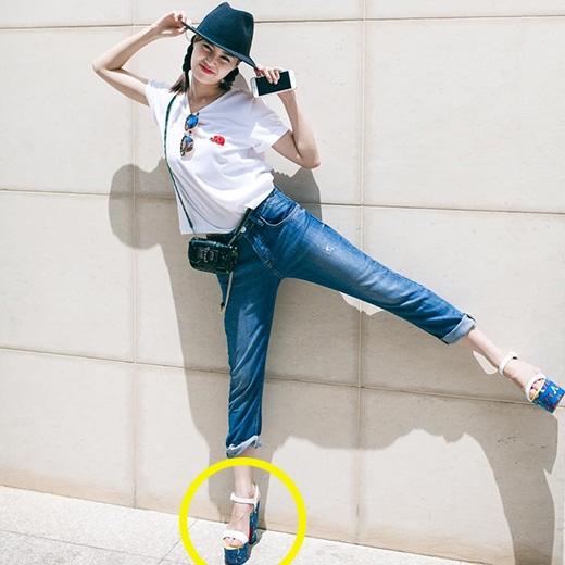 Bộ trang phục khá đơn giản của Ninh Dương Lan Ngọc đã trở nên độc đáo hơn hẳn nhờ những phụ kiện đi kèm, đặc biệt là đôi giày cao gót đế thô có tông màu nổi bật.