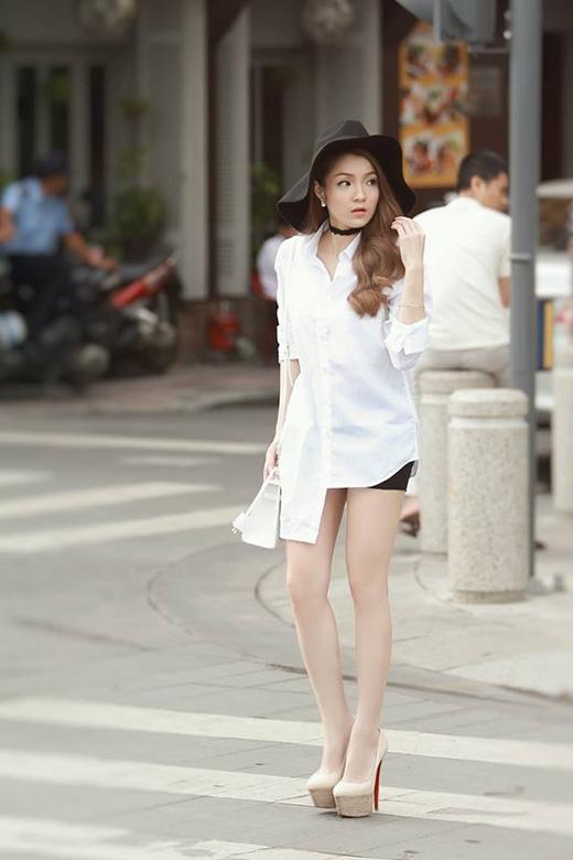 Thủy Top với gợi ý khá đặc biệt - áo sơ mi trắng với hai vạt bất đối xứng...