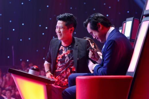 Sau khi xả vai diễn, cả 2 anh em lại cười nói vui vẻ với nhau - Tin sao Viet - Tin tuc sao Viet - Scandal sao Viet - Tin tuc cua Sao - Tin cua Sao