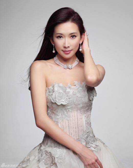 Lâm Chí Linh (3,5 tỉ đồng): Đệ nhất mĩ nhân của Đài Loan luôn thu hút được sự chú ý của giới đại gia nhờ khuôn mặt xinh đẹp, giọng nói nũng nịu và thân hình gợi cảm như nữ thần.