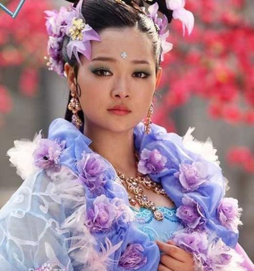 Hà Trác Ngôn từng có nhiều tạo hình cổ trang đẹp trong các bộ phim như Lộc Đỉnh Ký, Đại Đường du hiệp truyện. Tuy nhiên, tạo hình của cô nàng trong bộ phim Thần tài lại bị khán giả chê tơi bời. Theo các cư dân mạng, trông Hà Trác Ngôn chẳng khác nào một cây hoa giả.