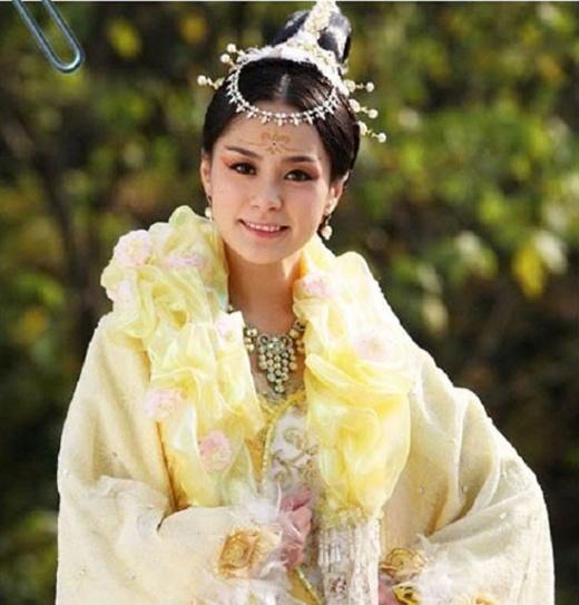 Tương tự, tạo hình của Chung Hân Đồng trong Thần tài cũng bị phàn nàn là quá diêm dúa.