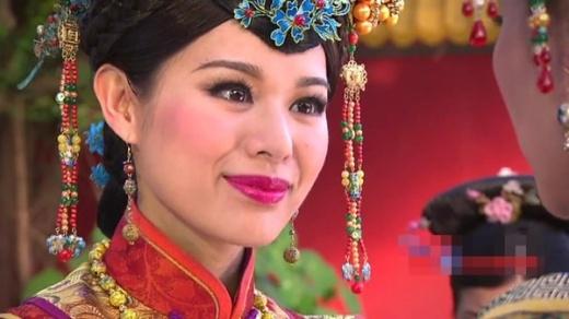 Hồ Hạnh Nhi với gương mặt trang điểm quá đậm trong phim Vạn phụng chi vương.