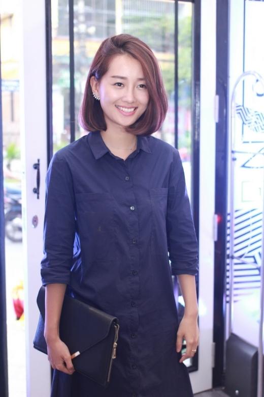MC Quỳnh Chi với gương mặt trang điểm nhẹ nhàng rất nữ tính.