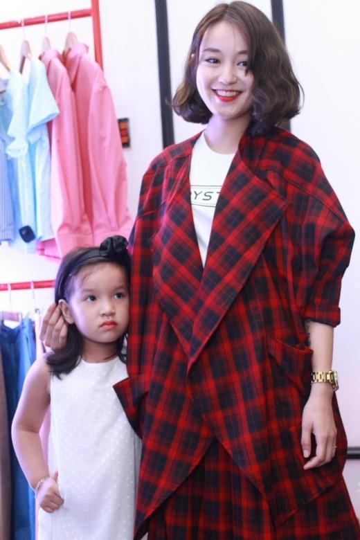 Hot girlMi Vân xuất hiện cùng con gái.