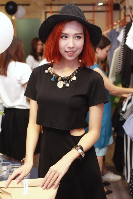 Min xuất hiện với trang phục đen toàn tập vô cùng ấn tượng.