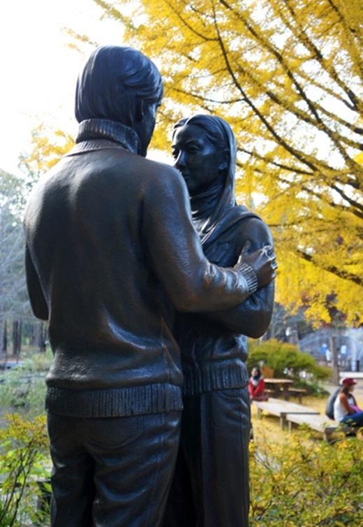 Bức tượng hai nhân vật chính của bộ phim Bản tình ca mùa đông.