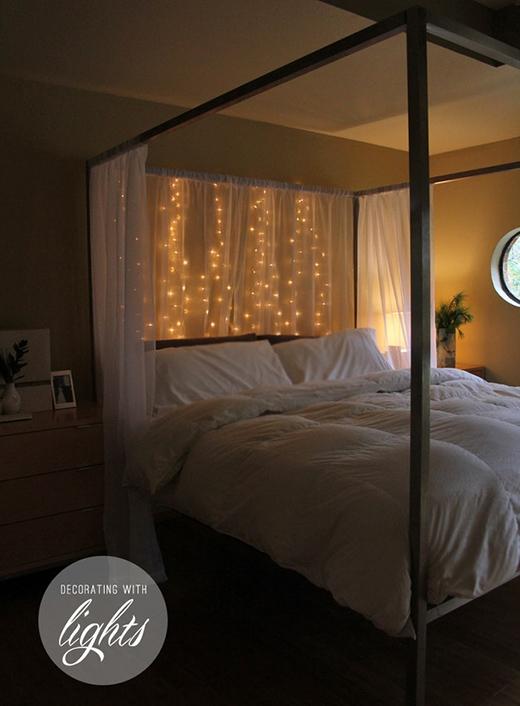 Hay treo những sợi đèn LED dọc ở phía sau đầu giường như thế này để thay thế đèn ngủ cũng là một ý tưởng không hề tồi.