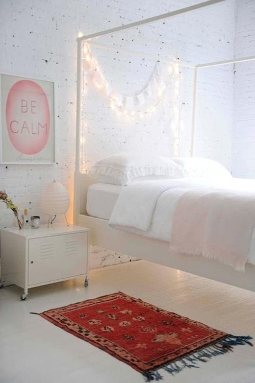 Đối với 1 căn phòng trắng tinh, để không bị đơn điệu, bạn cũng có thể mắc những dây đèn LED thành vòng cung và treo thêm những tấm ảnh của riêng mình để tăng phần ấm áp.