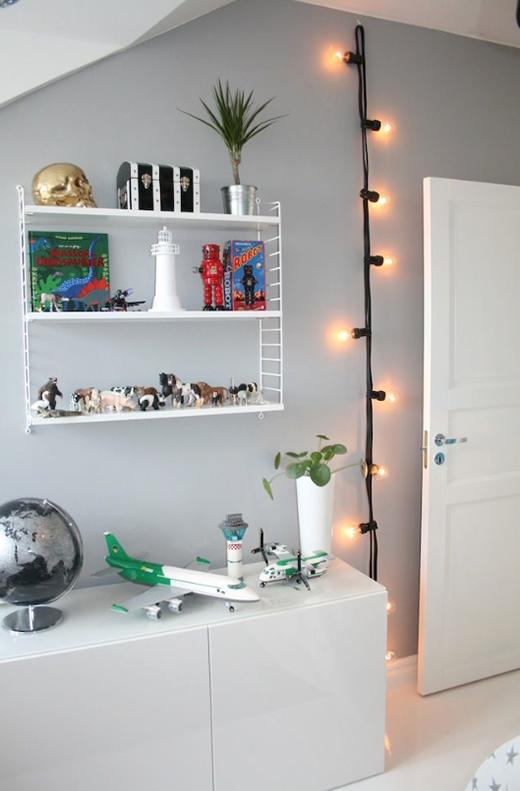 Chỉ với sợi dây đính đầy đèn dây tóc, bạn đã có thể tạo thêm điểm nhấn cho căn phòng mà không phải tốn công nhiều...