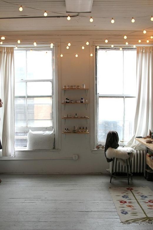 Nếu không thích sự rườm rà trong nhà thì bạn hãy treo những sợi dây đèn lên trên trần nhà theo hình dáng mà bạn yêu thích. Đây cũng là một cách treo đèn làm bừng sáng căn phòng khá hay.