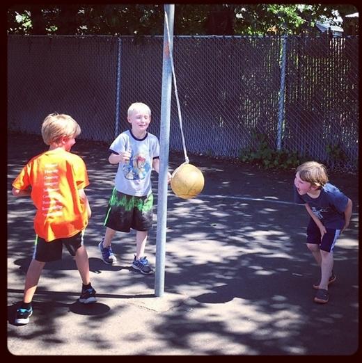 Bộ ba chú nhóc chuyền bóng cho nhau rất mượt...