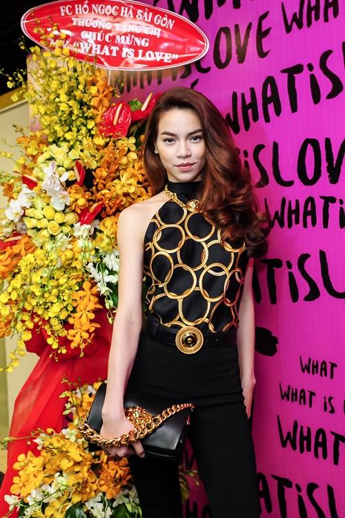 Xuất hiện trong buổi họp báo ra mắt MV What is Love,Hồ Ngọc Hà tiếp tục minh chứng cho gu thời trang đẳng cấp với bộ cánh hàng hiệu của Versace có giá hơn 100 triệu đồng.