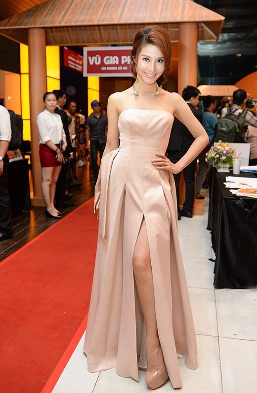 Chiếc váy dài xẻ tà tông hồng pastel ngọt ngào, đơn giản của Diễm My 9X trở nên đặc biệt và thu hút hơn bởi những đường gấp nếp hay chi tiết dựng phom một cách tinh tế, tỉ mỉ. Những phụ kiện đi kèm cùng tông trang điểm tự nhiên, hợp mốt càng khiến nữ diễn viên trở nên quyến rũ hơn.