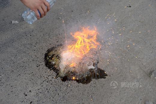 Ngay lập tức, canxi cacbua gây phản ứng cháy...