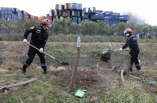 Binh lính đang tích cực thu dọn các chất độc văng vương vãi sau vụ nổ.