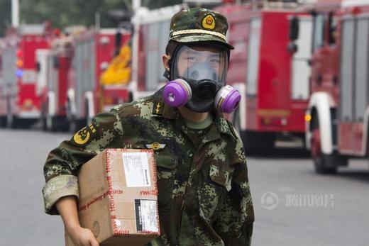 Tất cả đều được trang bị mặt nạ chống độc để tránh nguy hiểm đến tính mạng.