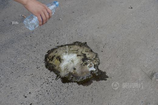Thử nghiệm cho nước vào hóa chất gây cháy nổ - chất canxi cacbua.
