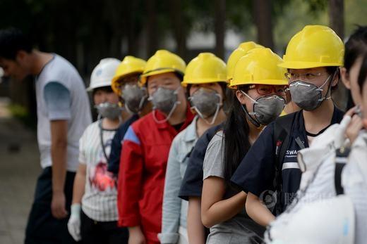 Các công nhân ở khu công nghiệp gần đó vẫn phải đi làm, họ được trang bị khẩu trang.