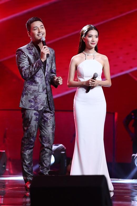 Nhẹ nhàng, tinh tế nhưng vẫn gợi cảm, thu hút là những gì mà MC Mỹ Linh đã truyền tải trọn vẹn qua chiếc váy trắng ôm trọn từng đường cong nóng bỏng trên cơ thể.