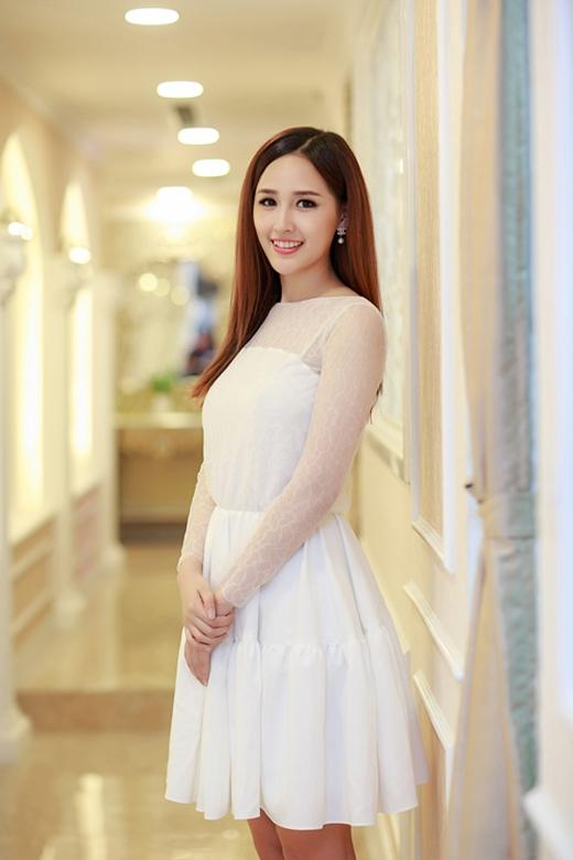 Mai Phương Thúy điệu đà, mong manh khi diện chiếc váy xòe tông trắng tinh khôi kết hợp hai chất liệu khác nhau.